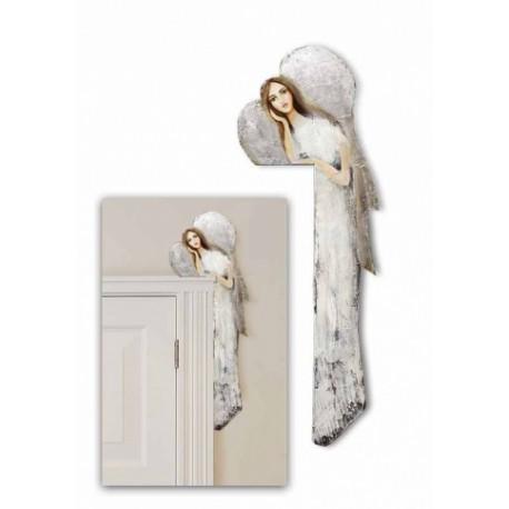 Drevený anjel na zárubňu